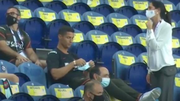Cristiano Ronaldo non indossa la mascherina allo stadio: richiamato dalla hostess