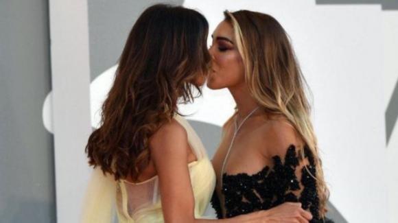 Festival di Cannes, bacio saffico tra due soubrette: la sicurezza irrompe sul tappeto rosso