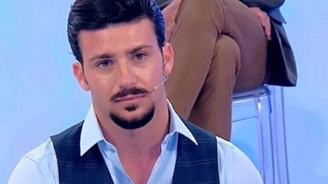Stefano De Martino single in gita in barca con gli amici