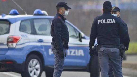 """Torino: """"Fermi tutti o vi contagio con il Covid"""" rapinatore in banca minaccia tutti a colpi di tosse"""