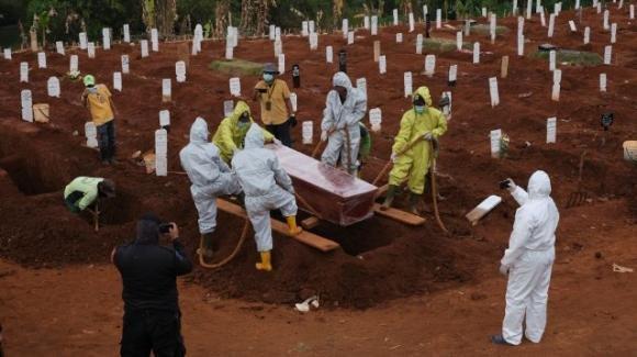 """Indonesia: i """"No Mask"""" costretti a scavare le fosse per i morti di Covid-19"""