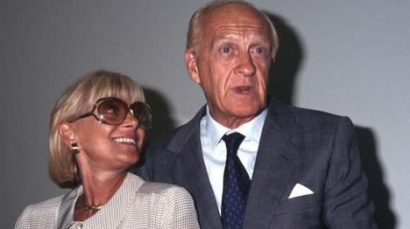 Sandra e Raimondo in un francobollo a dieci anni dalla scomparsa