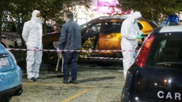 Torino, un uomo a Venaria uccide la moglie sparandole in strada e poi si suicida