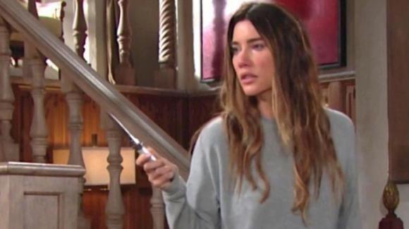 Beautiful, anticipazioni americane: Steffy minaccia la sua famiglia con un coltello perché rivuole le sue figlie