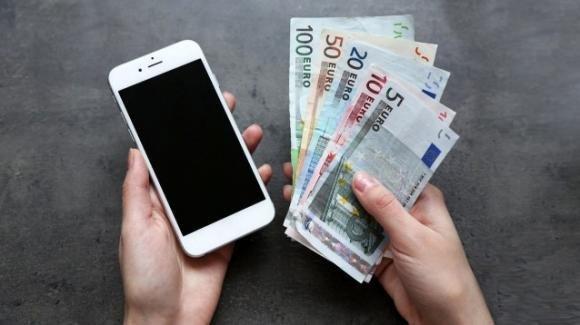 Lo studio australiano, il Covid resiste 28 giorni su banconote e cellulari