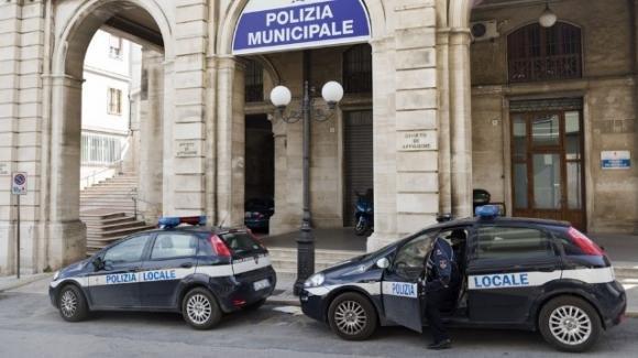 Brescia: si presenta al comando di polizia locale e dal portafoglio gli cade 1 gr di cocaina