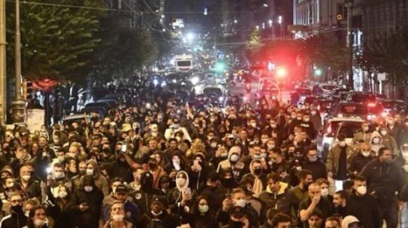 Napoli, scontri in piazza dopo il lockdown annunciato da De Luca