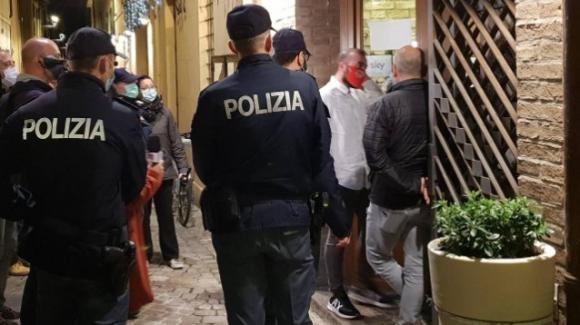 Pesaro: irruzione della polizia in un ristorante, erano in 90 a tavola