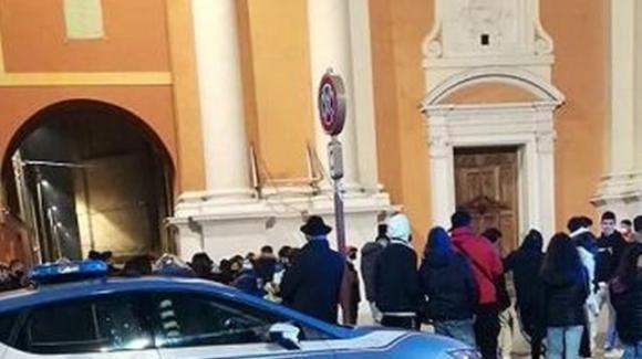 Carpi: entra con la bici in chiesa durante la messa e la attraversa
