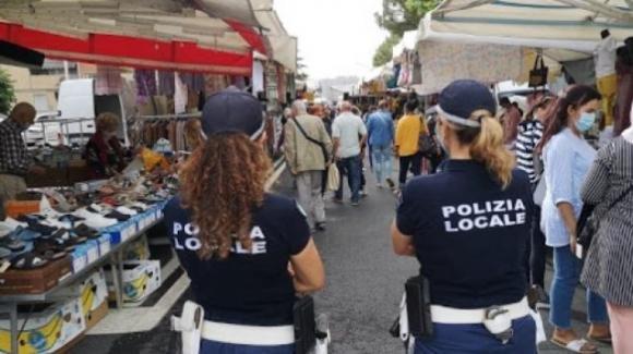 """""""Il Dpcm non è legge"""", donna si rifiuta di indossare la mascherina al mercato"""