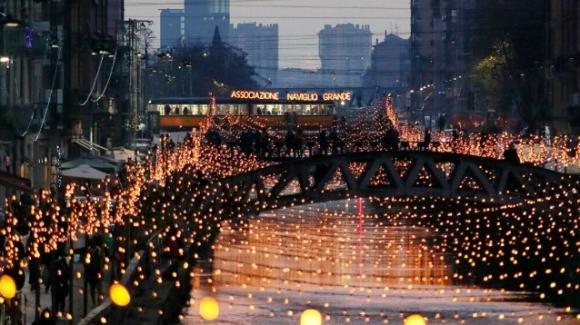 Milano a luci spente: un Natale senza luminarie in rispetto dei medici e dei morti di Covid