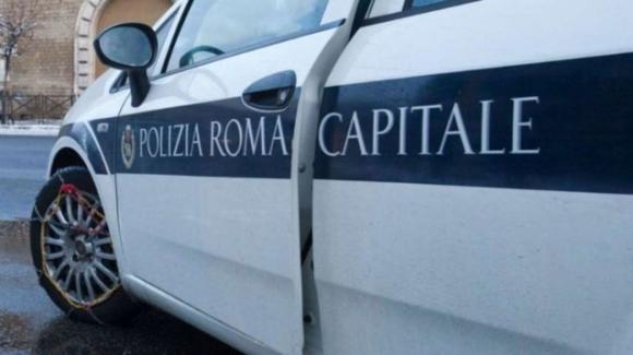 Roma, due vigili urbani avrebbero avuto un rapporto nell'auto di servizio: indagini in corso