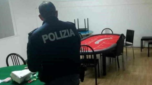 Violano norme anti Covid e si recano a giocare a carte in un circolo ricreativo: multate 19 persone