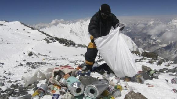 Inquinamento, trovate microplastiche anche sulla cima dell'Everest