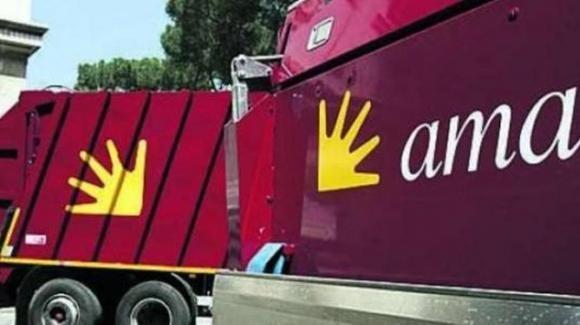 Caposquadra Ama licenziato: rubava carburante, pagando con le tessere aziendali