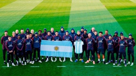 Il PSG omaggia Maradona, ma è bufera sul sorriso di Icardi