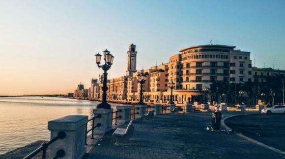 Bari, lotta agli assembramenti: smontate le panchine sul lungomare e su corso Vittorio Emanuele