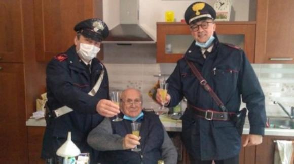 """94enne rimane solo a Natale e chiama i carabinieri per un brindisi: """"Non mi manca niente"""""""