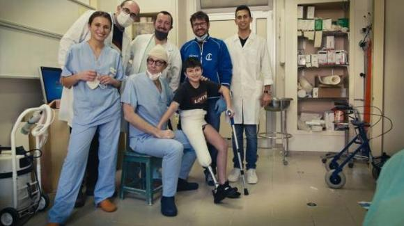 Angelo, 12 anni, perde una gamba in un incidente in bici: al Rizzoli torna a camminare nel giorno di Natale