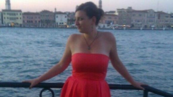 Perde il controllo dell'auto e finisce fuori strada: muore giovane infermiera di 32 anni