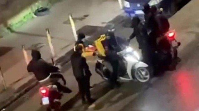 Un altro rider rapinato a Napoli: minacciato con una pistola