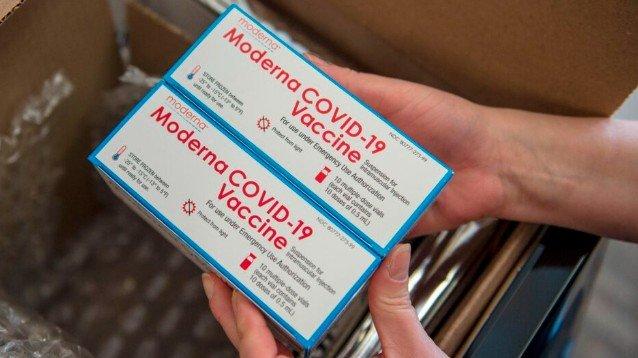 Vaccini, da lunedì arrivano quelli Moderna: si conservano anche a 2 gradi