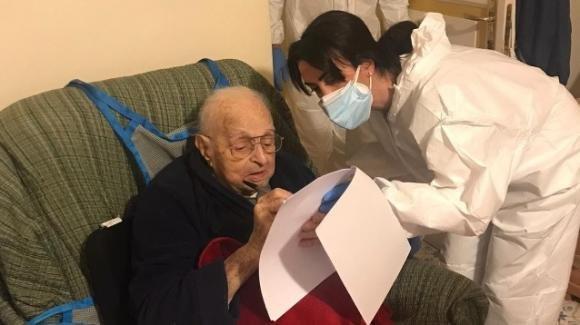 Piana di Sorrento, Gary riceve il vaccino anti-Covid a 102 anni: la sua vita come un film