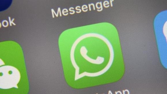 WhatsApp: ufficiale il rinvio delle nuove policy, lavori in corso sugli stickers