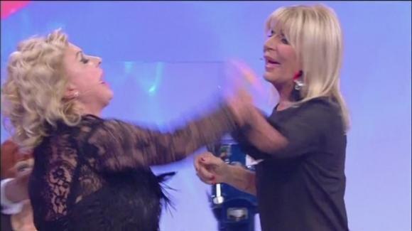 """U&D, Tina Cipollari va su tutte le furie e minaccia Gemma: """"Andrò al commissariato per denunciarla"""""""