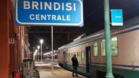 Brindisi, migrante muore a bordo di un treno regionale, aveva 41 anni