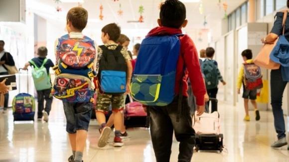 Bari, genitori positivi al Covid-19 mandano i figli a scuola ad Adelfia: preside presenta denuncia