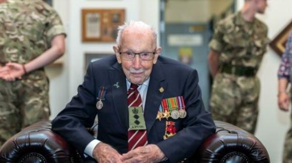 Morto a 100 anni per Covid il capitano Tom Moore: aveva raccolto 32 milioni di euro contro il virus