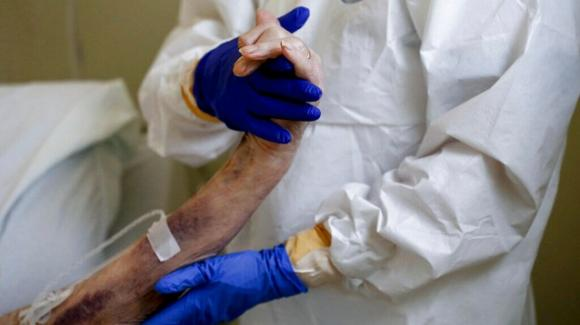 Brindisi, medico positivo al Covid-19 avrebbe operato con la febbre: indagato per epidemia colposa