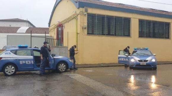 Organizzano festa abusiva in una cascina e arrivano i carabinieri: militari presi a bastonate
