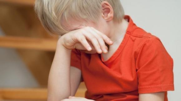 """Maestra lancia un diario addosso a bambino: """"Sei un fallito, resterai sempre senza lavoro"""""""
