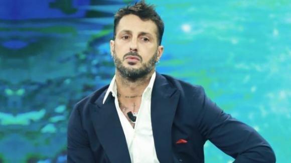 Fabrizio Corona rischia di tornare in carcere, il giudice chiede la revoca dei domiciliari