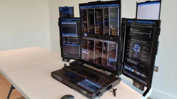 Ufficiali i notebook multi schermo (5 o 7) Aurora di Expanscape