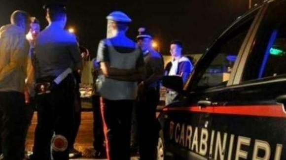 Chiama i carabinieri, dalla pistola di un militare parte un colpo, muore un 50enne