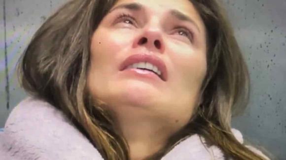 """GF Vip, crollo emotivo di Dayane durante la notte. Interviene la manager: """"E' ora di mostrare tutto"""""""