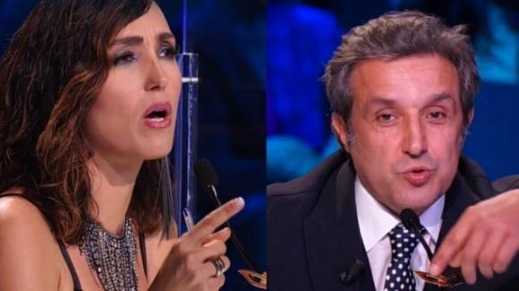 """""""Il Cantante Mascherato"""", lite tra Caterina Balivo e Flavio Insinna: """"Hai rubato nel mio camerino"""""""