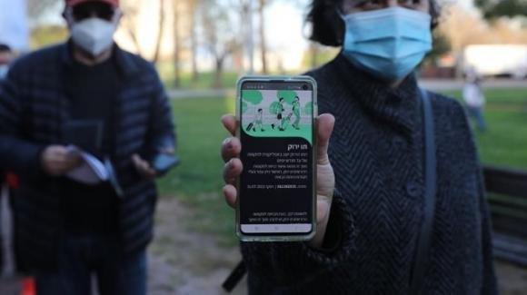 Covid-19, Ue pensa di introdurre pass vaccinale elettronico con Qr code: servirà anche per viaggiare