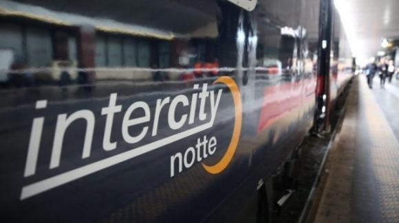 """Neonato viene alla luce sul treno Torino-Lecce, la capotreno: """"Profonda emozione"""""""