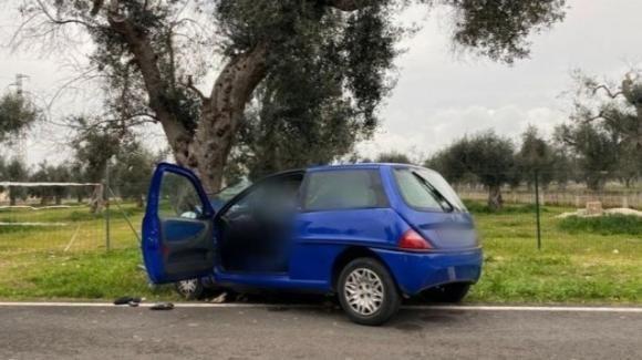 Malore mentre guida l'auto: muore anziano 89enne, veicolo si schianta contro albero