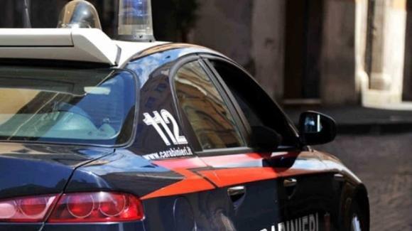 Morde la compagna incinta davanti ai figli minori: arrestato 21enne