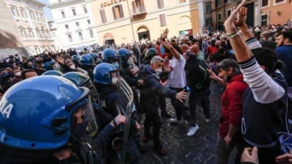 Esplode la rabbia di ristoratori e commercianti: scontri sotto Palazzo Montecitorio