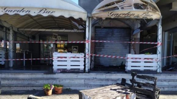 Roma, si rifiuta di servire da bere per le norme anti-Covid: 2 clienti gli incendiano il bar