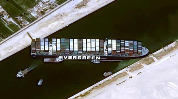 Ever Given, nave portacontainer, causa enormi problemi a causa della sua stazza