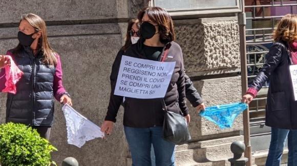 Singolare protesta dei commercianti a Napoli: legati con una catena di mutande in strada