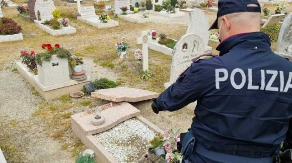 """Ragazzini distruggono le tombe del cimitero """"per passatempo"""": 60 mila euro di danni"""