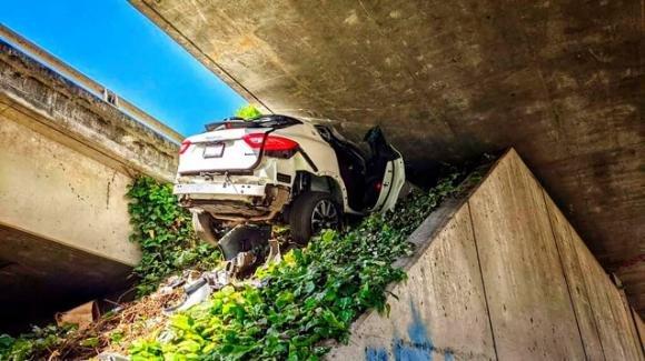 USA: distrugge la Maserati schiantandosi sotto un ponte per sfuggire alla polizia